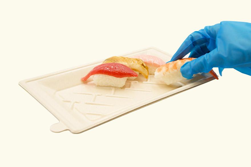 寿司を盛り付けている様子
